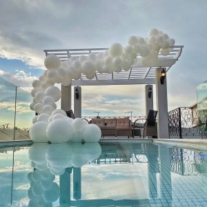 Balloon frame pool decor
